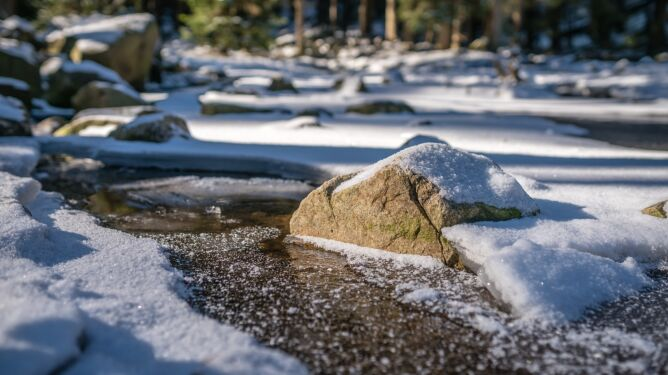 """""""Przepychanka"""" nad Polską. W górach obfite opady śniegu i bardzo silne porywy wiatru"""