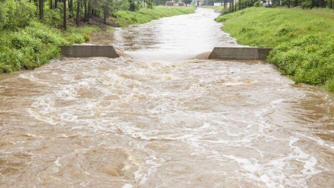Rzekami spływają wody opadowe. Przekroczone stany alarmowe i ostrzegawcze