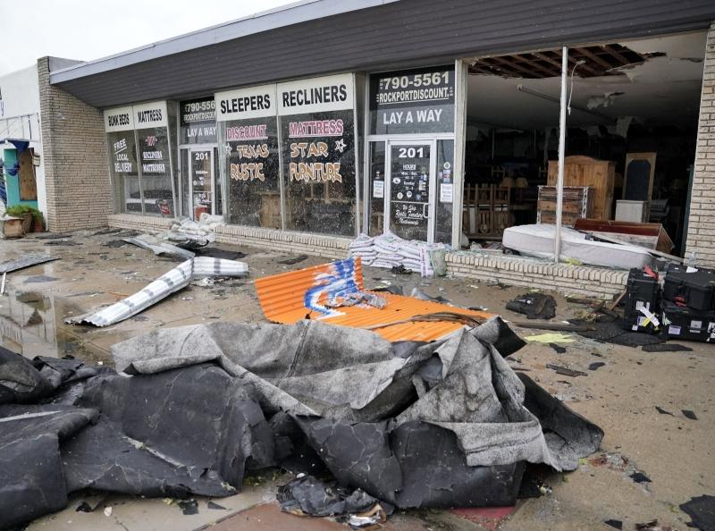 Zniszczenia w Rockport (PAP/EPA/DARREN ABATE)